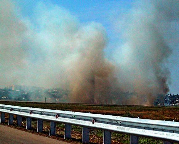 Панораму Азова с трассы не удалось рассмотреть, под городом что-то горело.