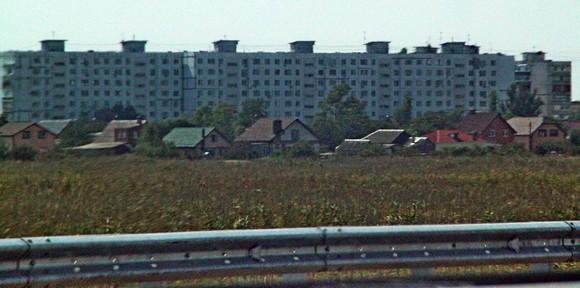 По трассе лежат несколько поселений, у которых нет собственных подъездов к магистрали.