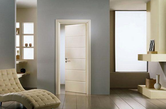 Светлые двери визуально расширяют пространство.