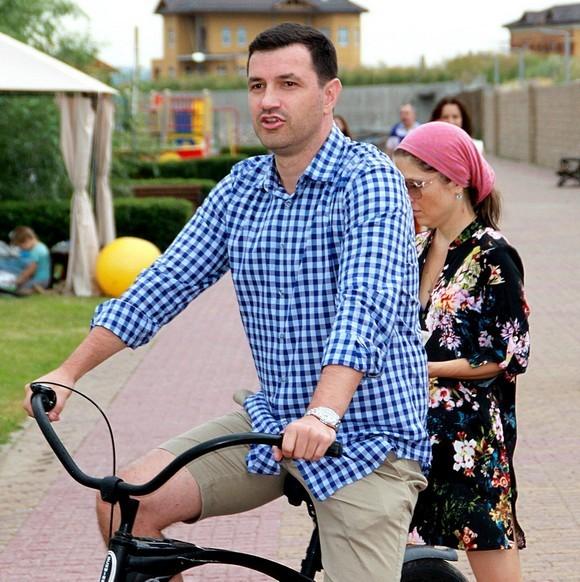 Руководитель компании АДДК Константин Швалев объезжает свой любимый коттеджный поселок — «Старочеркасскую Ривьеру».