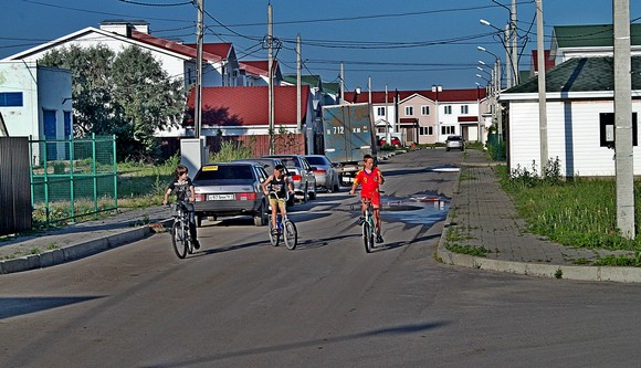 Реализованный на территории Большого Ростова застройщиком «НЖК-Юг» проект коттеджного поселка «Солнечный» можно отнести  к комфорт-классу. Он состоит из простеньких типовых домов, но они находятся на круглосуточно охраняемой территории, в 10-минутной транспортной доступности до центра. И одновременно расположены в престижном месте с развитой инфраструктурой — окрестностях Соленого озера.