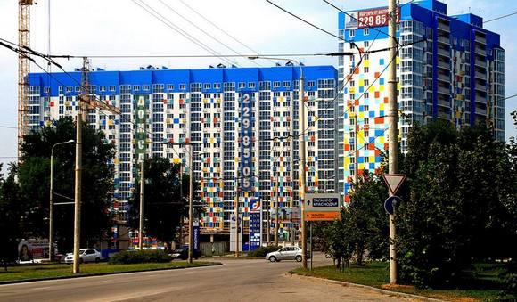 Самым последним из готовых жилых комплексов ООО СК 10 ГПЗ стал «Военвед-Сити». Его застройщик принес в Ростов петербургский архитектурный тренд – мозаичную раскраску фасада.
