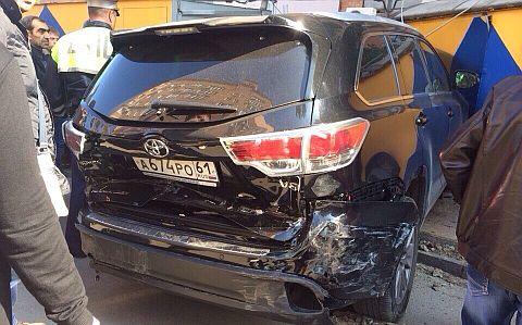 Автомобиль чиновника правительства Ростовской области после аварии.
