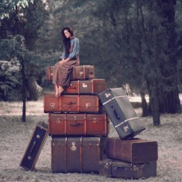 Снова сижу на чемоданах.