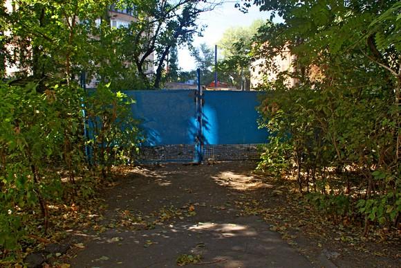 Ворота стройплощадки теперь видны из окон жилого дома.