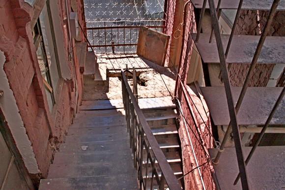 Ржавые лестницы здесь ходуном ходят.