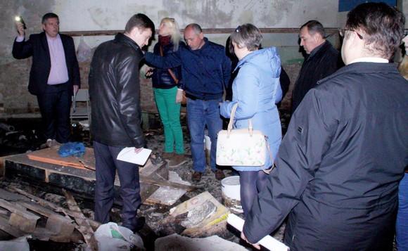 Замминистра ЖКХ Валерий Былков (в центре) лично знакомится, как содержат свое имущество его коллеги «городского уровня».