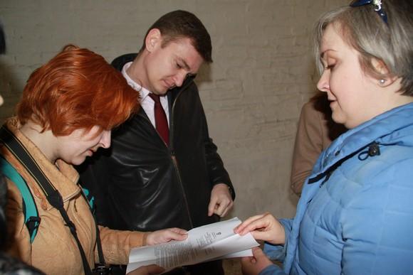 Жильцы Семашко, 44 показывают замминистра ЖКХ Валерию Былкову отписку, которую он сам им прислал.