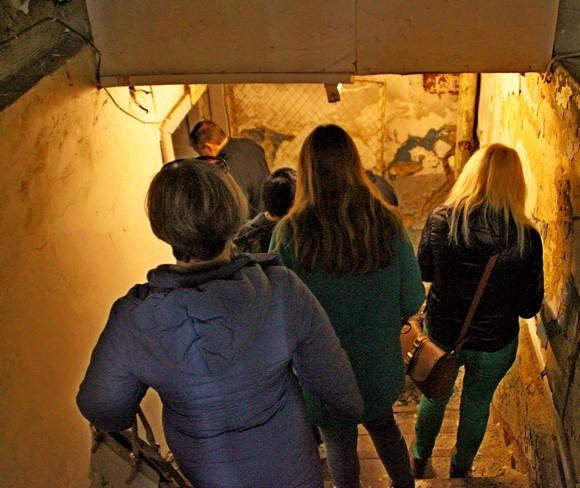 Вход в подвал — помещение городской власти.