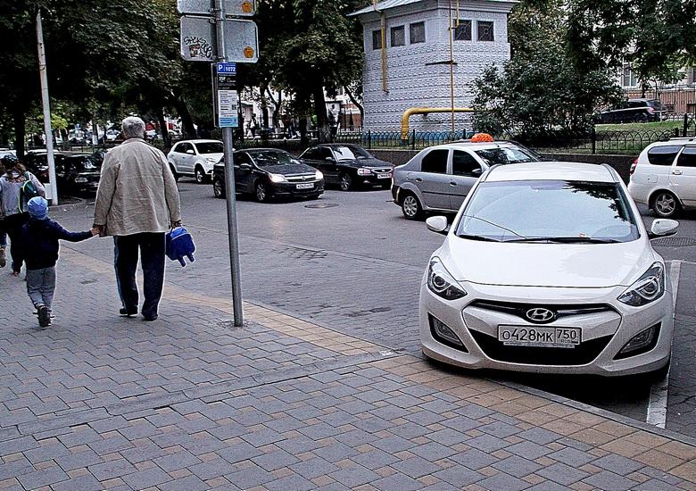 Мест на платной парковке полно, желающих припарковаться - гораздо меньше.