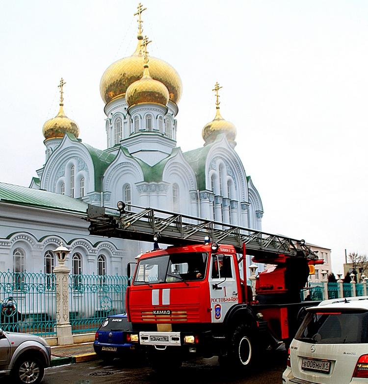 Пожарная машина у горящего храма.