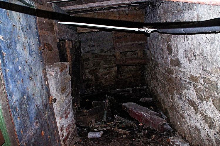 С приходом весны в подвале начнется экстрим еще больший. Подземное помещение практически под потолок зальет грунтовыми водами. А с приходом летней жары вода уберется восвояси. Откуда она приходит и куда девается, не известно никому, поскольку батайские власти не выполняют работ по водопонижению на данном участке.