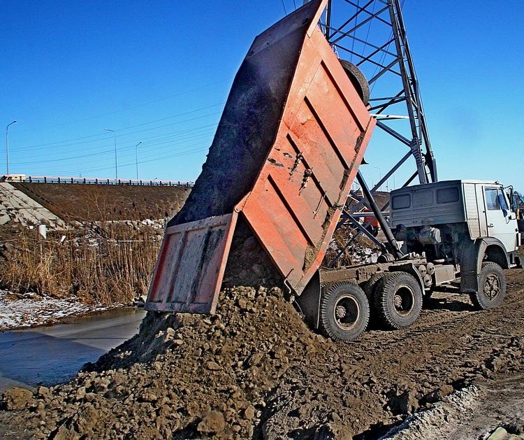 По словам представителей ведомства, участок для строительства «времянки», равно как и реконструкции Южного подъезда с его расширением крайне сложный. Поскольку он лежит на болотах.