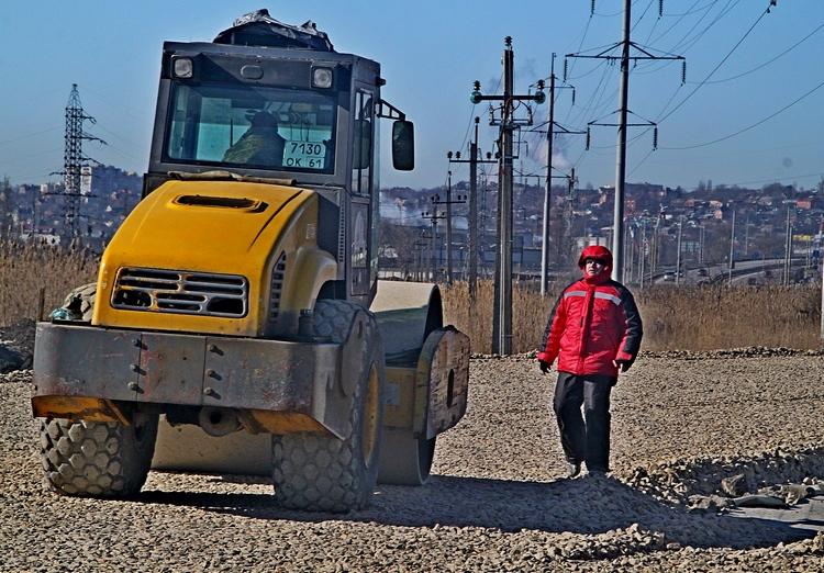 От Гребного канала до «Ашана» временная дорога будет с четырехполосным движением. А далее она разделится на две односторонние магистрали, ведущие к Темерницкому мосту. Однако ее все же не назовешь полноценной магистралью, скорость транспорта на ней будет ограничена 40 километрами в час.