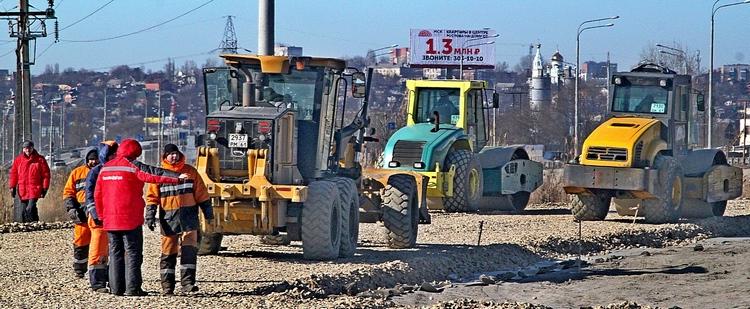 Одновременно на будущей трассе работает восемьдесят различных единиц спецтехники.