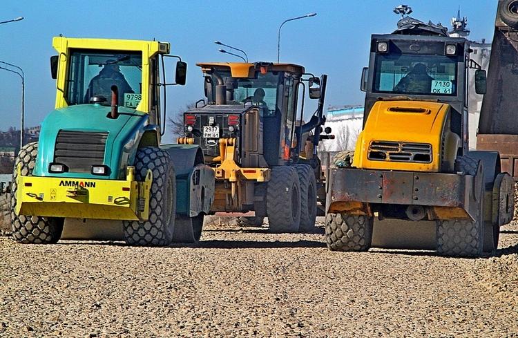 На строительстве временной дороги задействовано восемьдесят единиц техники. Ведомственному транспорту на участке итак тесно - без каких-либо сторонних машин.