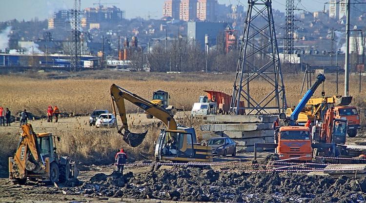 С юга «времянка» берет свое начало в районе Гребного канала. Строится она по противоположную сторону от водного стадиона. Здесь расположились две стройплощадки.