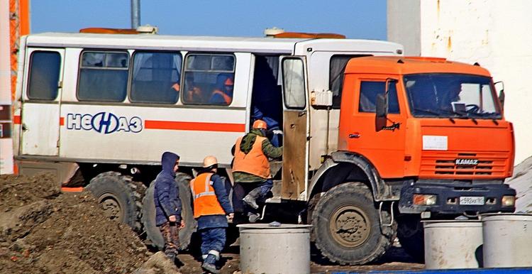По словам директора «РостовАвтоДорСтрой» Владислава Максименко, всего в строительстве дороги задействованы двести сотрудников компании. Работы ведутся круглосуточно в три смены.
