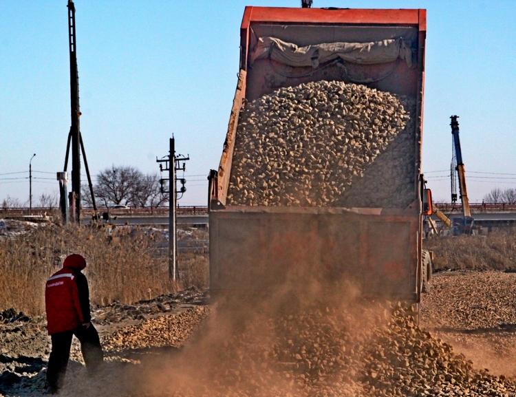 По сообщению пресс-службы ФКУ Упрдор «Азов» на объекте отсыпано 20 из 27 тыс. кубометров песка.