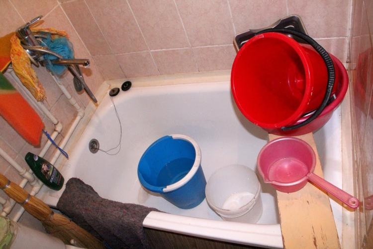 А это — ванная, в которую Лариса Васильевна действительно не ходит уже полтора года, вняв совету управляющей компании. Купаться приходится у родственников по соседству. Жаль, от унитаза невозможно отказаться.