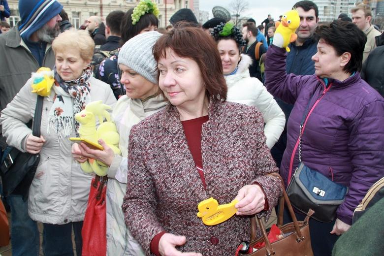 Символ митинга - утка Медведева.