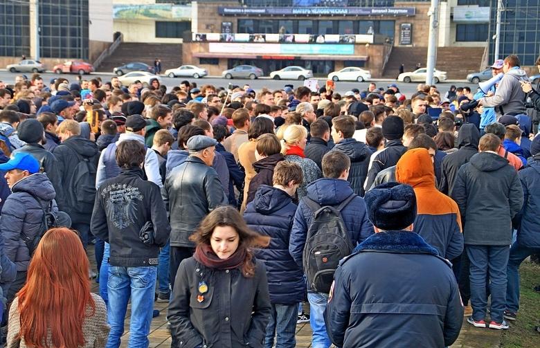 Перед началом митинга в Ростове.
