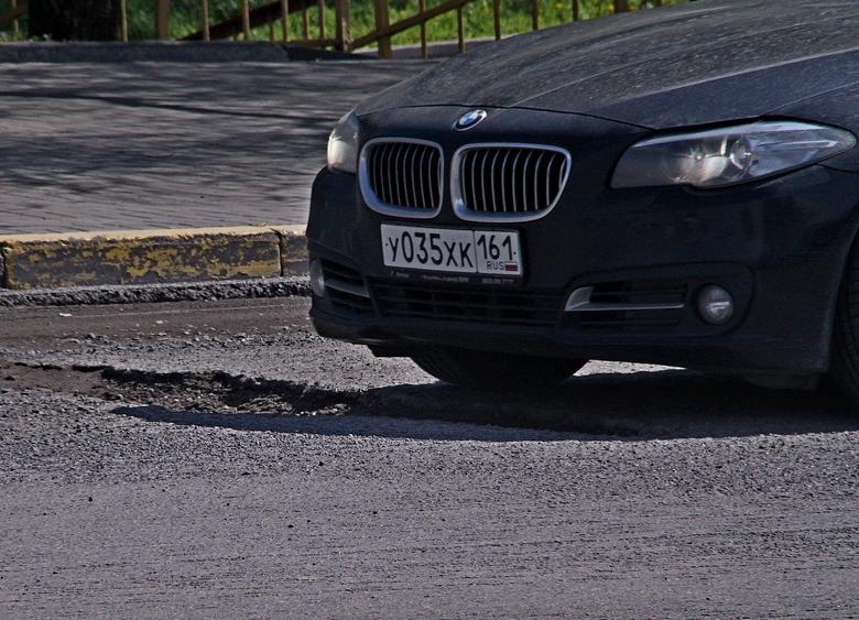 Ямы на мосту вырабатывают в ростовских водителях такие чувства, как терпение и нежность, — хотя бы к собственному транспорту. Превышать здесь скорость дураков не находится.