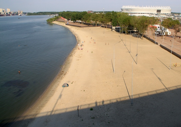 Общий вид на пляж с Ворошиловского моста. Вернее сказать, на то, что от него осталось.